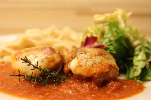 Hackfleischküchle mit Tomatensauce